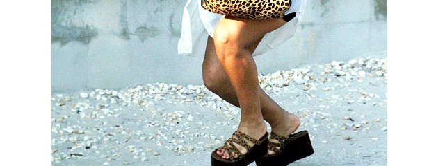 Snooki Falls in Ugly Shoes